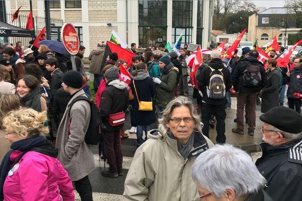 Manifestation de soutiens aux professeurs du lycée de Melle devant le rectorat de Poitiers.