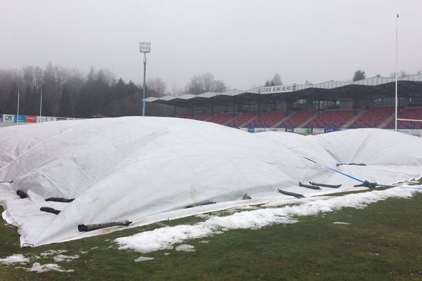 La pelouse du stade d'Aurillac a du être bâchée, car elle est partiellement gelée
