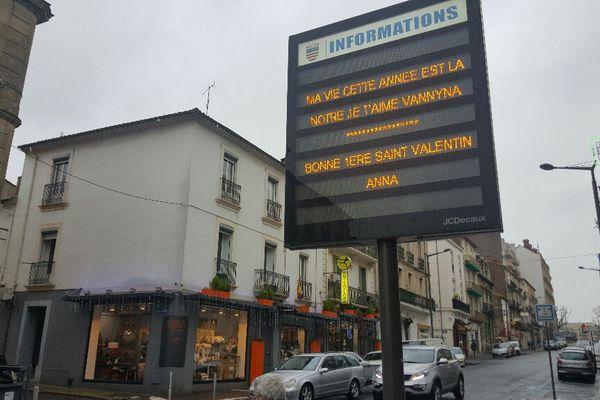 Vos mots d'amour s'affichent sur le panneau lumineux de Béziers, dans l'Hérault - février 2017