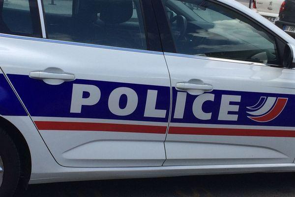 Une tentative de braquage sur un véhicule de transport de fond a eu lieu sur l'aire d'autoroute de Solaize (Sud de Lyon) vendredi 24 septembre au matin. La voiture des malfaiteurs a été incendiée non loin des pompes à essence, mais les risques de propagation ont pu être évités.