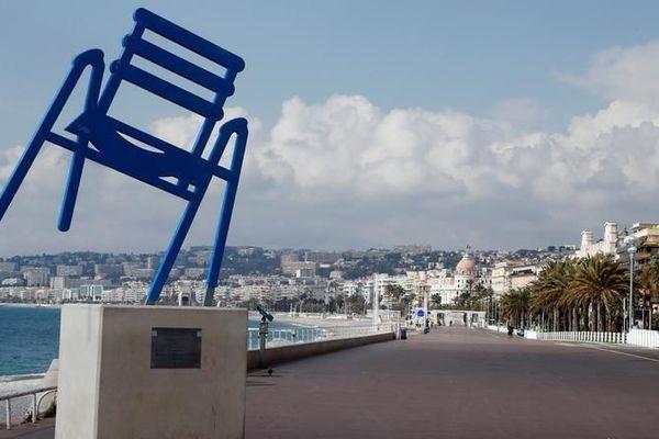 La fameuse chaise bleue, symbole de la Promenade des Anglais à Nice.