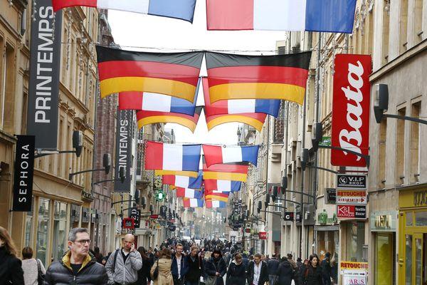 Metz (Moselle) : la rue Serpenoise aux couleurs de la France et l'Allemagne à l'occasion du 18e conseil des ministres franco-allemeand, le premier à se dérouler en province, jeudi 7 avril 2016.