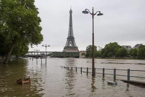 La Seine en crue inonde les quais à Paris, le 3 juin 2016. (CAROLINE PAUX / CITIZENSIDE / AFP)