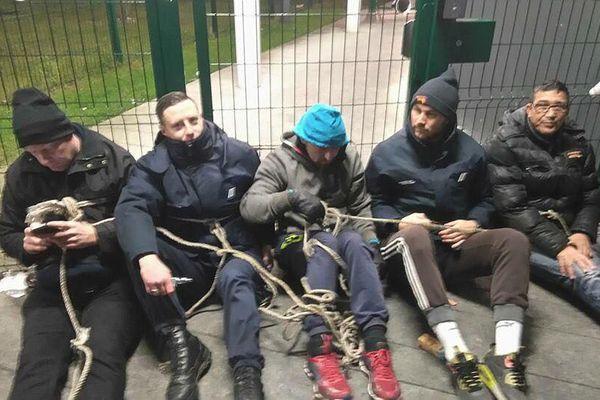 Une petite dizaine de surveillants se sont enchaînés aux grilles de la prison de Vendin-le-Vieil.