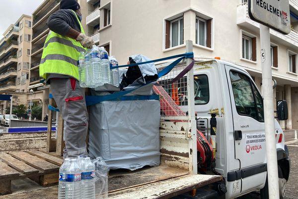 La Place de la Liberté à Toulon est l'un des points d'approvisionnement en eau mis en place.