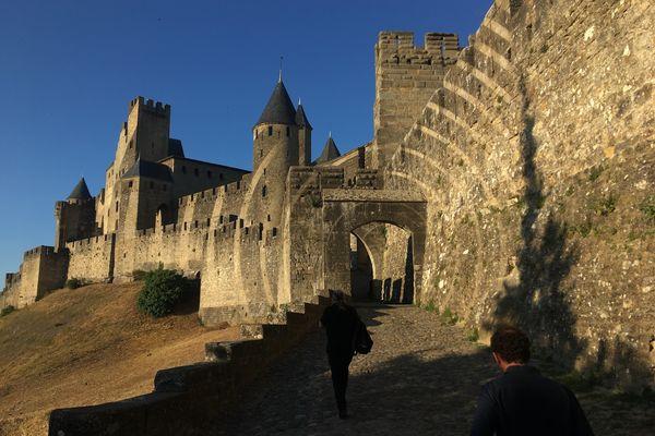 Carcassonne - La cité et ses remparts attirent de plus en plus les touristes. archives.