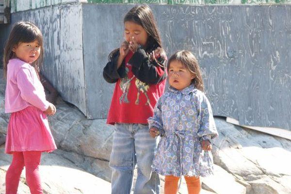 Tasiilaq et ses enfants inuits, un petit village de la côte est du Groenland