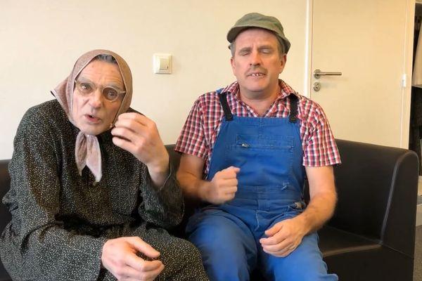 """Maria (Vincent Dubois) et Christian (Jean-Christian Fraiscinet) tirent un """"coup de chapeau"""" aux pompiers bénévoles d'Indre-et-Loire."""