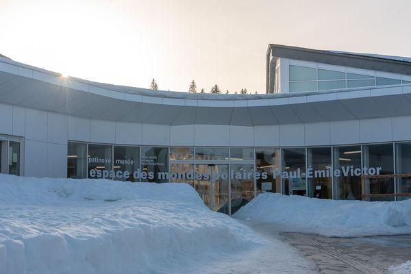 Le nouveau bâtiment abrite le musée, la patinoire, un restaurant et un auditorium.