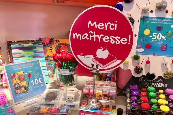 Certaines boutiques prévoient des rayons spécialisés et des promotions pour ces cadeaux de fin d'année scolaire.
