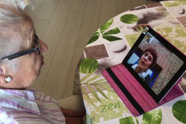 La tablette, une solution pour communiquer avec ses proches.