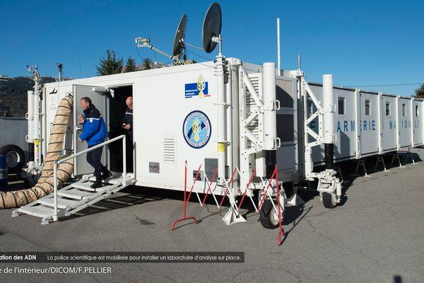 La police scientifique est mobilisée pour installer un laboratoire d'analyse sur place.