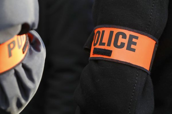 Lors de l'intervention, un policier avait lancé une grenade de désencerclement GMD, dont un plot de caoutchouc avait éborgné la mère de famille (illustration).
