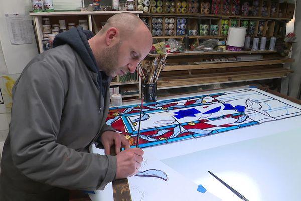 Vincent Pascal est maître verrier spécialisé en peinture sur verre.