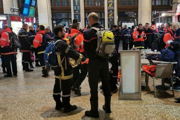 Les pompiers de Gironde  attendent leur train pour Paris