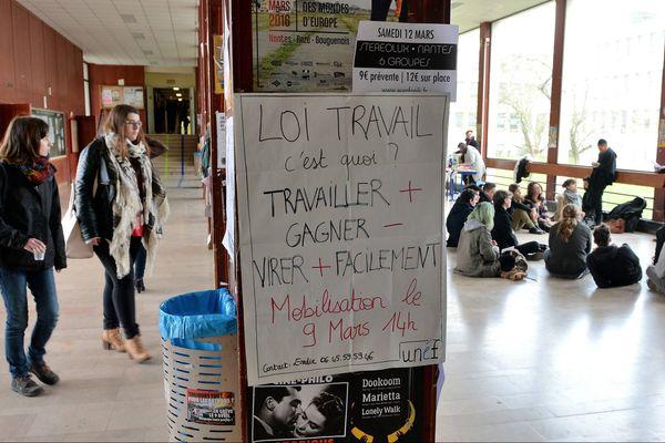 Débat improvisé des étudiants dans le hall de la faculté de lettres de Nantes à la veille de la manifestation contre la loi El Khomri sur le code du Travail prévue ce mercredi 9 mars 2016.