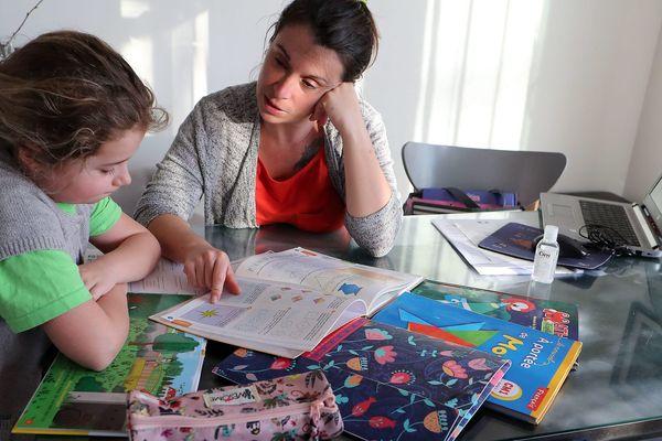 Certains n'ont qu'un téléphone pour toute la famille afin d'accéder à internet selon une enseignante de Grasse - Illustration