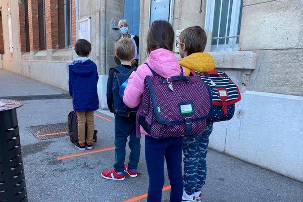 En rang, les élèves marseillais ont repris l'école, bien à distance les uns des autres.