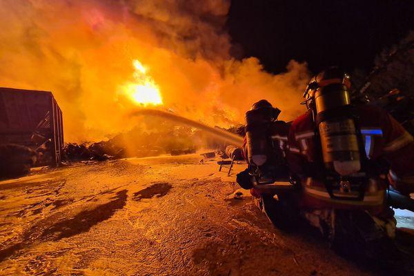 Les pompiers de l'Oise ont lutté une partie de la nuit contre un incendie dans une entreprise de recyclage de métaux à Clairoix.