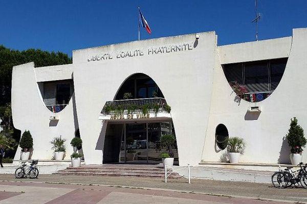 La Grande-Motte (Hérault) - la mairie de la cité des pyramides - 2016.