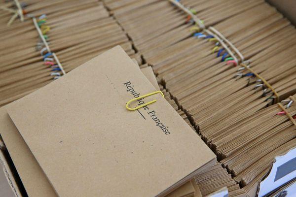 Malgré les risques liés au coronavirus, les élections municipales 2020 auront bien lieu. Dans les bureaux de vote, les enveloppes sont prêtes.