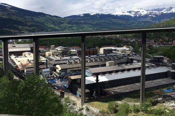 La fameuse usine SGL Carbon sous le viaduc des Egratz dans la zone industrielle de Chedde-Passy