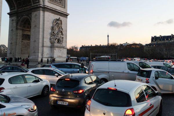 Des embouteillages place de l'Etoile à Paris.