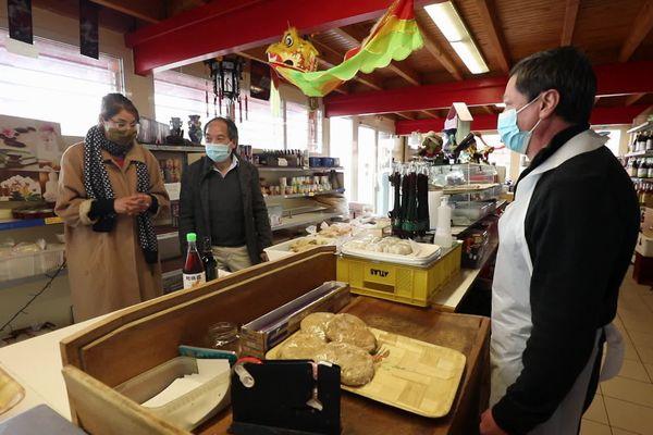 Pour réaliser la recette traditionnelle des crêpes, France et Patrick vont faire leurs achats chez André.