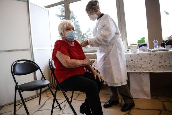 La Nordiste Line Renaud, 92 ans, a reçu la première dose du vaccin contre la Covid-19 ce lundi 18 janvier 2021.