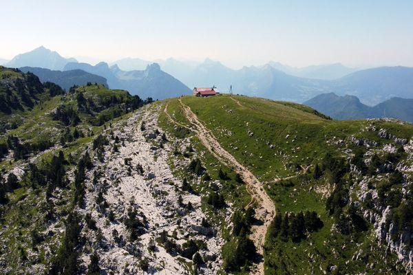 Les refuges de montagne sont les rares endroits qui n'exigent pas le pass sanitaire. Vue aérienne du refuge à Dingy-Saint-Clair, en Haute-Savoie.