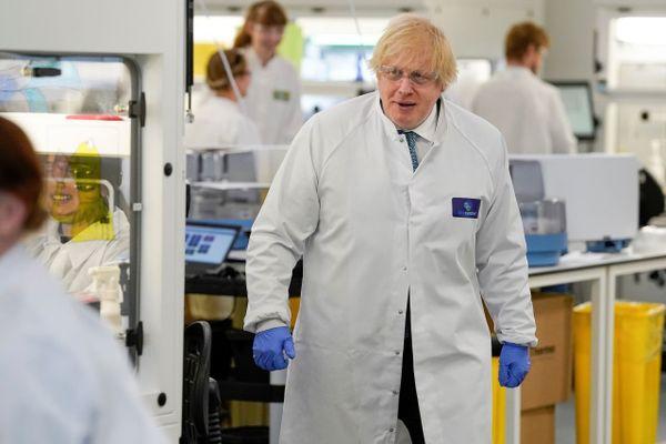 Boris Johnson en visite dans un laboratoire en juin 2020.
