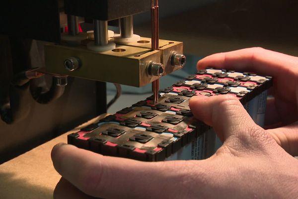 Un atelier reconditionne des batteries de vélo électrique. Ici, une opération de soudage - janvier 2021