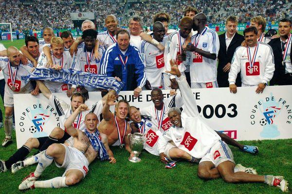 Guy Roux entouré des ses joueurs après la victoire en finale de Coupe de France en 2003 face au PSG.