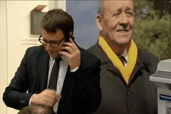 Loïg Chesnais-Girard devant l'affiche du candidat Le Drian
