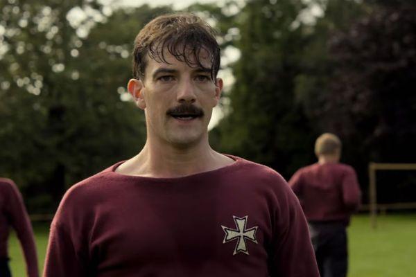 Kevin Guthrie joue Fergus Suter, le premier joueur de football professionnel de l'histoire.