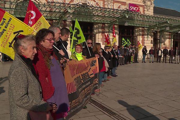 Des manifestants main dans la main sur le parvis de la gare de Nice.