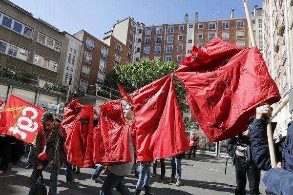 Une cinquantaine de salariés de Chapitre ont manifesté ce lundi à Paris devant le siège de leur maison-mère Actissia dans le XVe arrondissement.