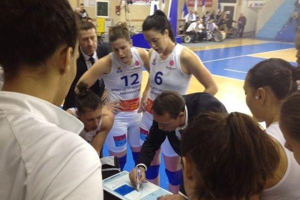 Le coach de Lattes-Montpellier montre un schéma tactique à ses joueuses