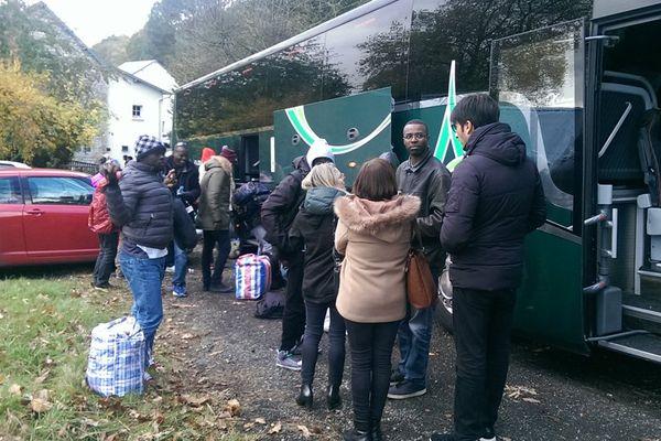 50 migrants sont arrivés ce mercredi après-midi à Perrou, dans l'Orne. Ils doivent y être hébergés plusieurs mois.
