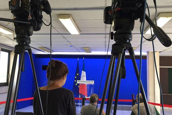 La salle de presse aménagée pour le discours du ministre de l'Intérieur