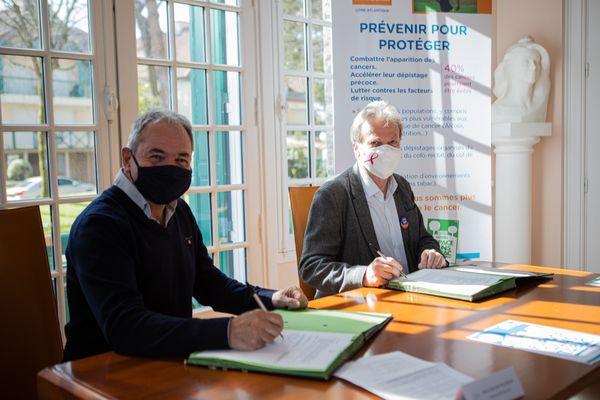 Le maire de Pornichet, le président de la Ligue contre le Cancer 44 ont étendu les zones sans tabac dans la ville