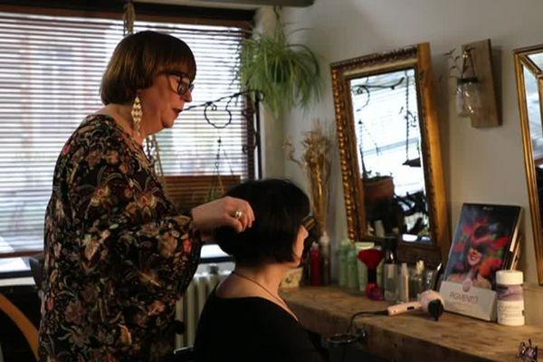 Le salon de beauté propose des prestations à prix réduits.