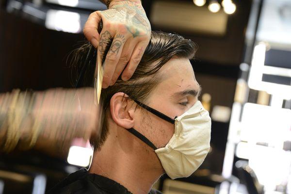 Ciseaux, peigne et...masques