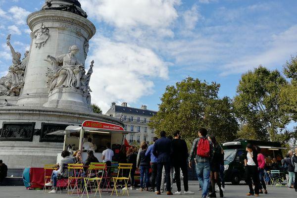Vingt-quatre camions-restaurants se sont installés sur la place de la République pour faire découvrir aux Parisiens la variété et la qualité de la cuisine de rue.