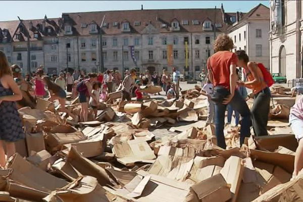 De l'arc de triomphe construit samedi, il ne reste que cette tonne de cartons qui jonchent le sol.