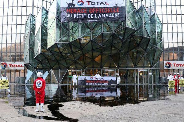 Une opération coup de poing de Greenpeace devant le siège de Total, à La Défense.