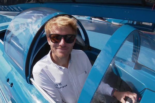 François Gabart, dans le cockpit de son trimaran, lors du baptême, ce lundi.