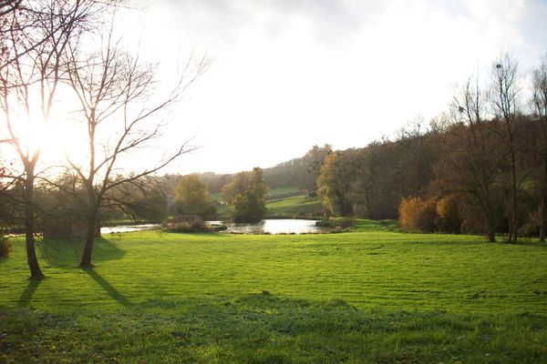 Dans l'Eure, l'étang de Lyons-la-Forêt pourra retrouver un ciel plus lumineux au fil de l'après-midi.