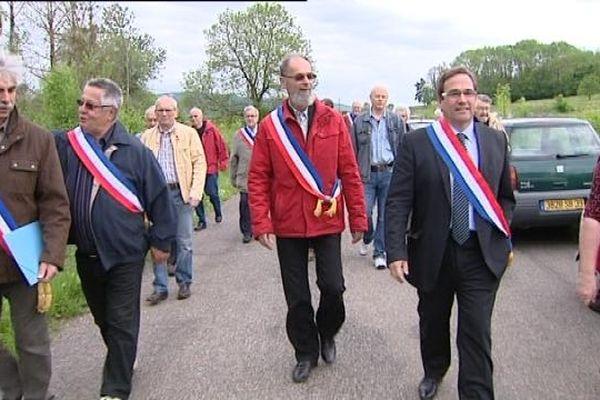Les élus dont le député maire UMP Jean-Marie Sermier ont interrompu les travaux le temps de leur manifestation