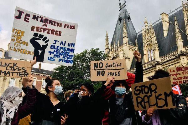 La manifestation contre les violences policières s'est élancée du palais de Justice de Rouen, ce vendredi 5 juin 2020.